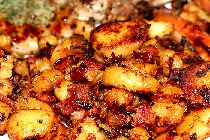 Poêlée de pommes de terre et saucisse fumée.